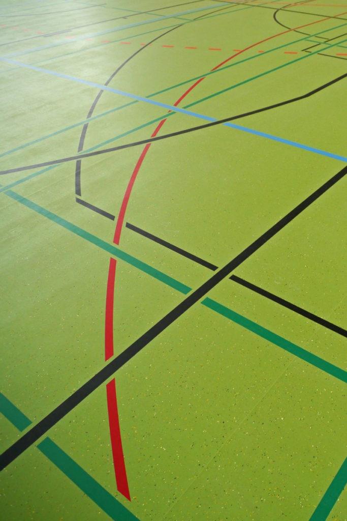 Sporthallenboden mit farbigen Markierungen